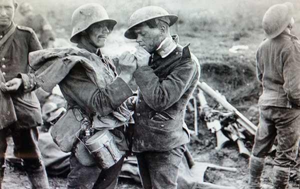 Soldados enfrentados durante la tregua de Navidad de 1914