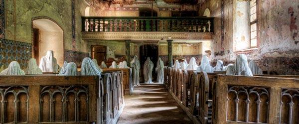 Fotografía de la iglesia de San Jorge con las figuras fantasmagóricas instaladas
