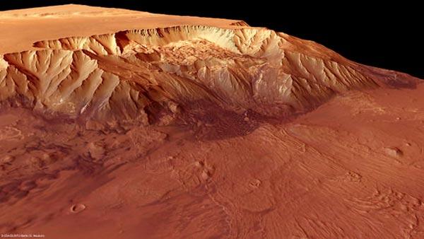 Lateral del cañón marciano con la meseta circundante