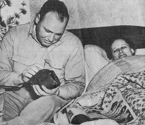 El meteorito en manos del esposo de Ann Hodges