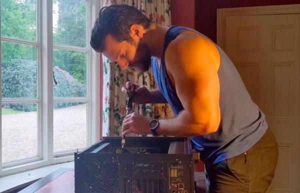 Henry Cavill construyendo su PC gamer