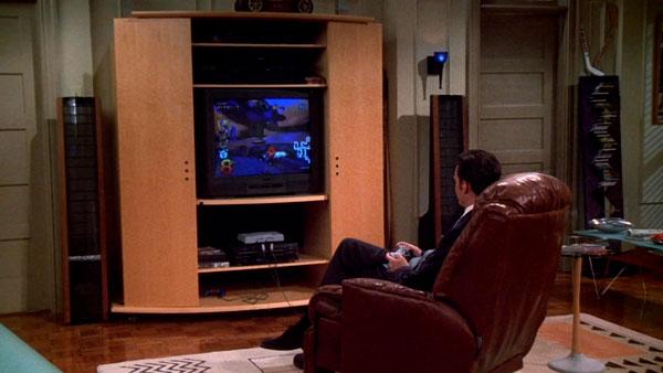 Matthew Perry jugando con la PlayStation en el set de Friends